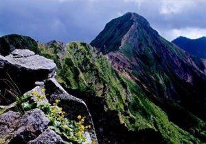 横岳稜線から見る主峰・赤岳