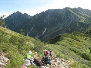 山を眺める人々